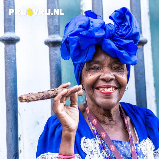 Vakantie naar Cuba - Straatbeeld vrouw met sigaar