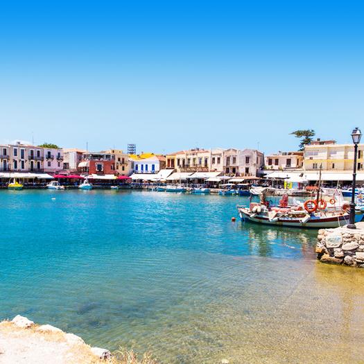 Boulevard in Rethymnon Kreta met gekleurde huisjes