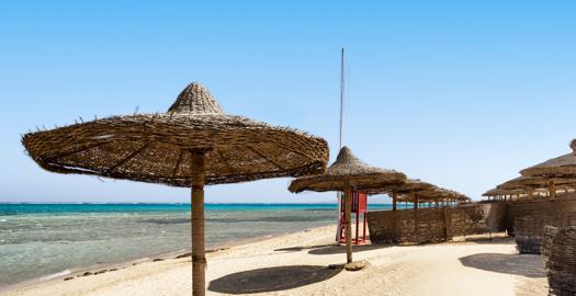 Strand van Marsa Alam met parasols