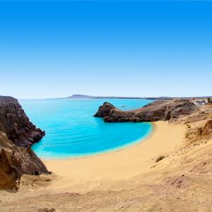 Prachtig helderblauwe zee bij Papagayo Beach op Lanzarote