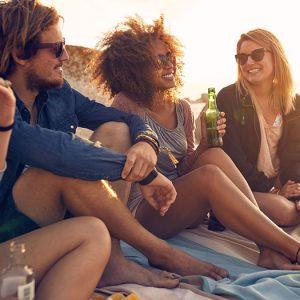 vakantiegangers drinken een drankje