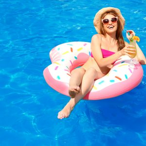 vakantieganger in het zwembad