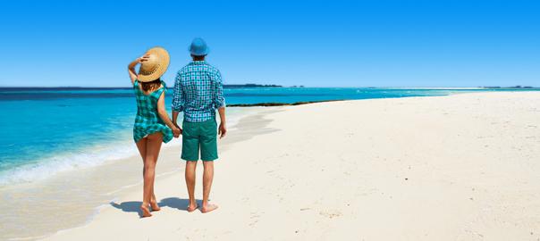 vakantiegangers genieten op het strand