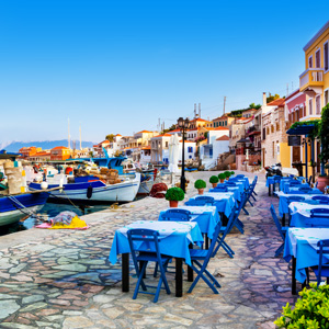 Gezellige terrassen aan de kade van een haven op het Griekse eiland Chalki