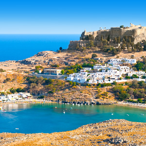Uitzicht op het tegen aan berg gelegen dorp Lindos op het Griekse eiland Rhodos