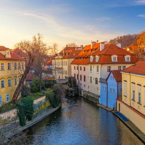 Waterrad in de rivier nabij het park Kampa in Praag