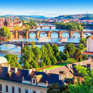 Uitzicht over Praag en de rivier Moldau met bekende bruggen zoals de Karelsbrug