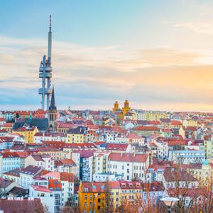 Zicht op de gekleurde binnenstad van Praag met de dominante Žižkov zendmast