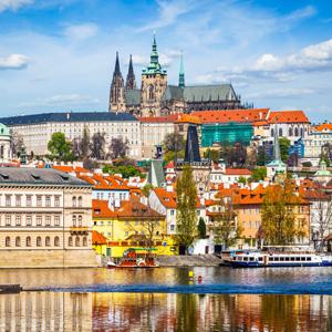 Het kasteel van Praag, gezien vanaf de rivier de Moldau