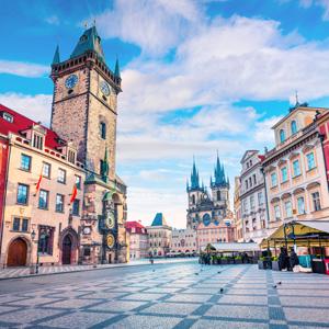 Het oude stadsplein met het stadhuis van Praag, Tsjechië