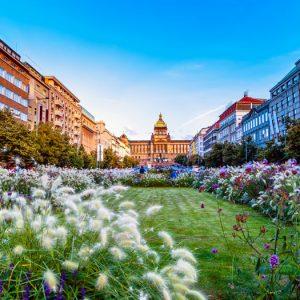 Het Wenceslausplein met een parkje en het nationaal museum in Praag, Tsjechië