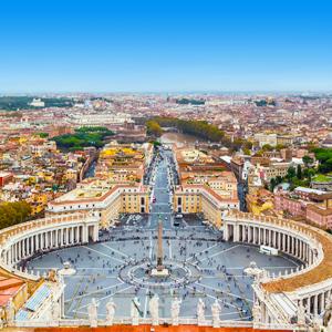 Het Sint-Pieterplein in Vaticaanstad, gezien vanaf bovenop de Sint-Pieters basiliek