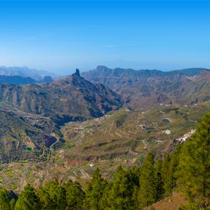 Uitzicht op de Roque Bentayga en de valleien in het midden van Gran Canaria