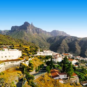 Het witte dorpje Tejeda gelegen tegen de berghelling