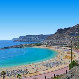 Zicht van boven op het strand Playa des Amadores in de baai van Puerto Rico op het eiland Gran Canaria