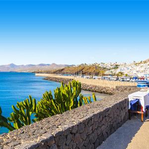 Boulevard langs de zee bij de jachthaven op het eiland Lanzarote