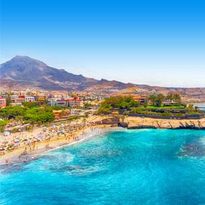 Helderblauwe zee en vulkaan bij eiland Tenerife