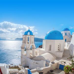 Het karakteristieke dorp Oia met witte gebouwen en blauwe koepeltjes op de kliffen van het Griekse eiland Santorini