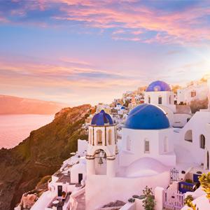 zonsondergang bij de blauwe koepelkerken op Santorini