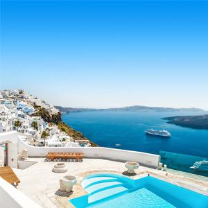 zwembad in een luxe hotel op Santorini met uitzicht op zee en de witte huisjes op de berg