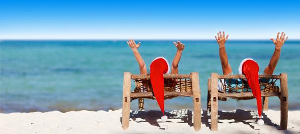 Stel met kerstmutsen op strand