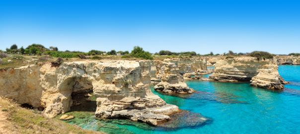 Schilderachtig uitzicht op de klippen bij Puglia Italië