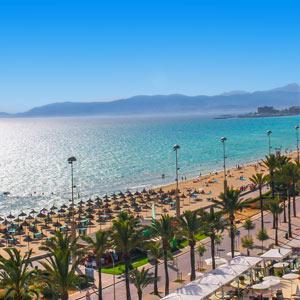 Uitzicht over het strand, de zee en de boulevard van El Arenal, Mallorca