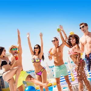 Jongeren in zwemkleding feestend op jongerenvakantie