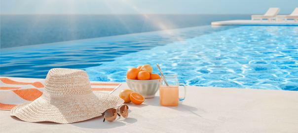 Luxe zwembad met vakantie accessoires